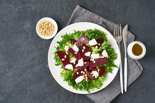 Salada com beterraba, requeijão, queijo feta, ricota e pinhões, alface. dieta ceto cetogênica saudável