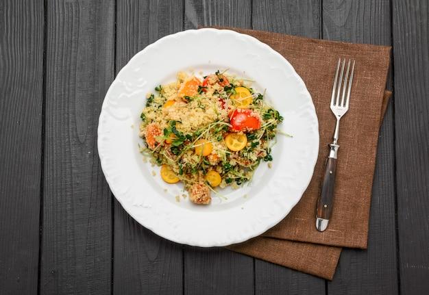 Salada com bulgur e vegetais