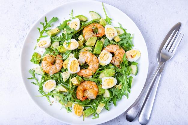 Salada com camarão, abacate, pepino, ovos de codorna e rúcula