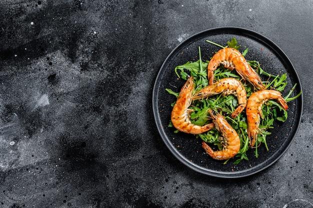 Salada com camarão lagostim gigante grelhado, camarão e rúcula.