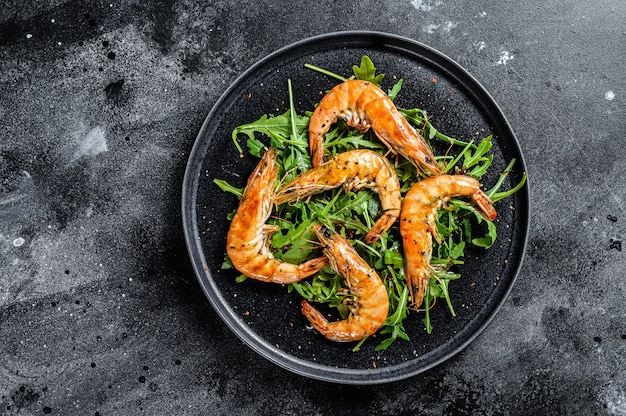 Salada com camarão tigre gigante grelhado, camarão e rúcula