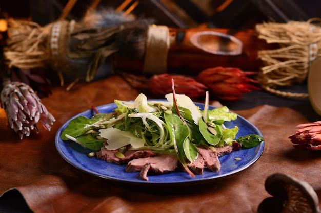 Salada com carne, alface, parmesão e sementes de abóbora