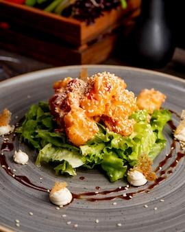 Salada com carne de alface sementes de gergelim e molho