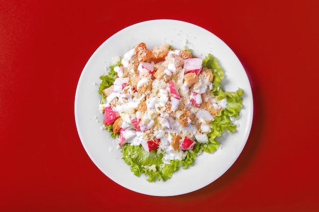 Salada com carne de caranguejo para o menu