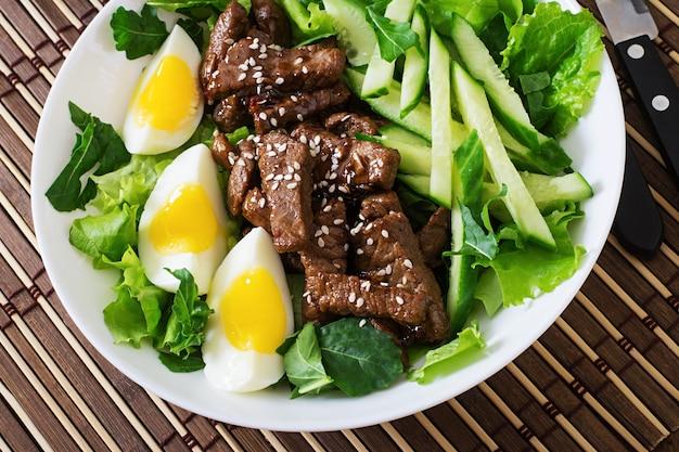 Salada com carne picante, pepino e ovos no estilo asiático.