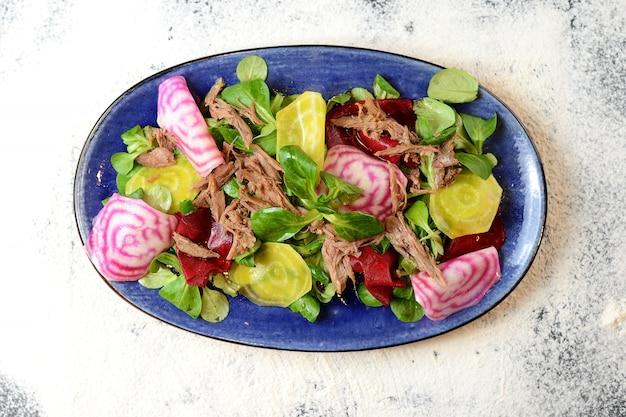 Salada com carne, rabanete, beterraba e manjericão