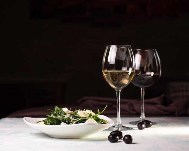 Salada com centeio e queijo e vinho branco, azeitonas