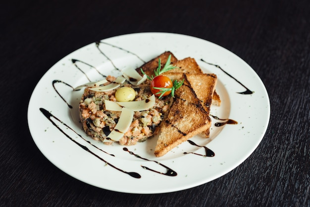 Salada com croutons e ovo de codorna em um prato branco