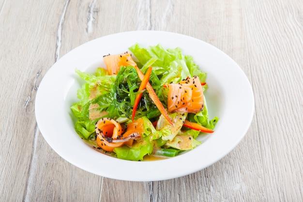 Salada com ervas de salmão em molho doce