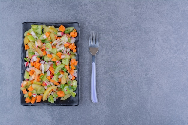 Salada com ervas e vegetais sazonais em uma travessa