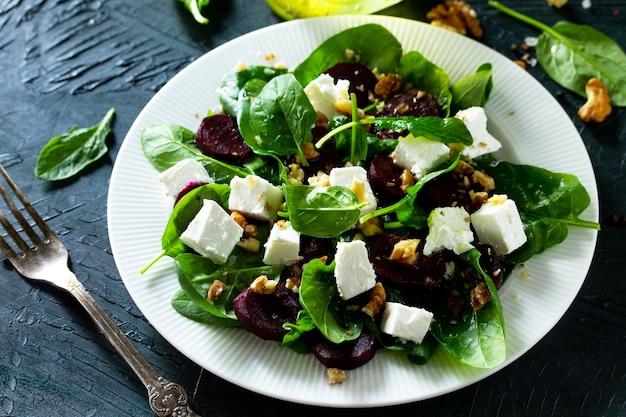 Salada com espinafre, queijo feta, beterraba e molho de óleo vegetal de nozes vitamina