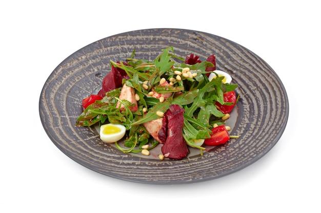 Salada com fatias de carne grelhada e alface isolada no fundo branco