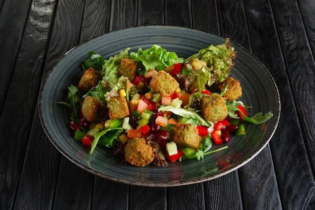 Salada com feijão, falafel e legumes