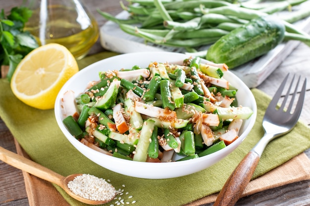 Salada com feijão verde, frango e pepino. almoço farto saboroso