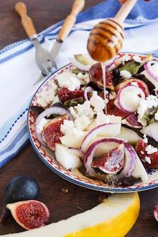 Salada com figos e melão. lanche nas festas de verão.