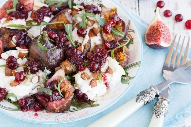 Salada com figos e rúcula. foco seletivo
