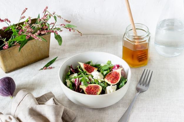 Salada com figos, queijo e mel. alimentação saudável.