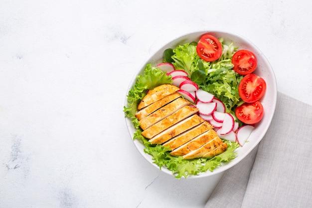 Salada com filé de frango. dieta ceto, alimentação saudável, almoço dietético. vista superior em fundo branco.