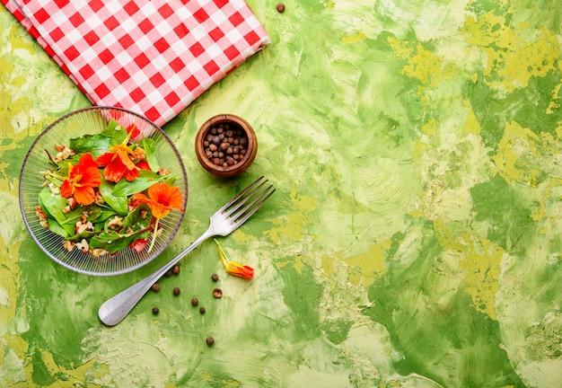Salada com flores de chagas