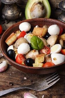Salada com folhas de legumes e frango