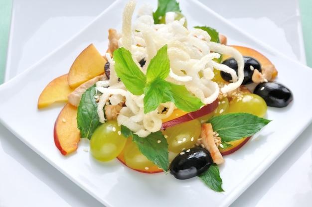 Salada com frango, uva, nectarina, gergelim com molho de limão