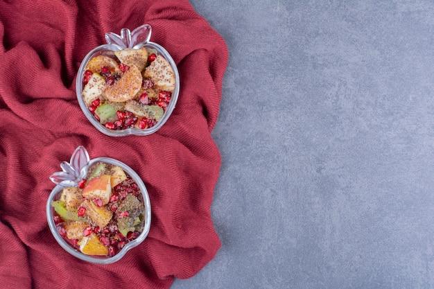 Salada com frutas picadas e temperos