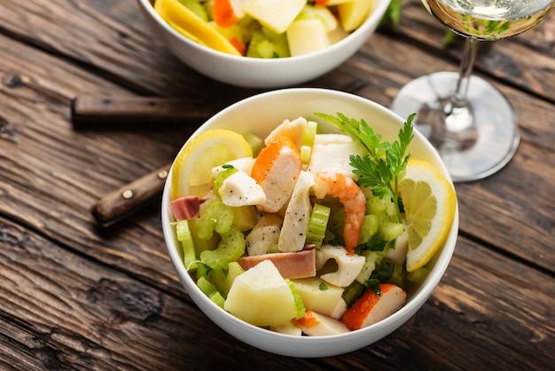 Salada com frutos do mar, batata e aipo