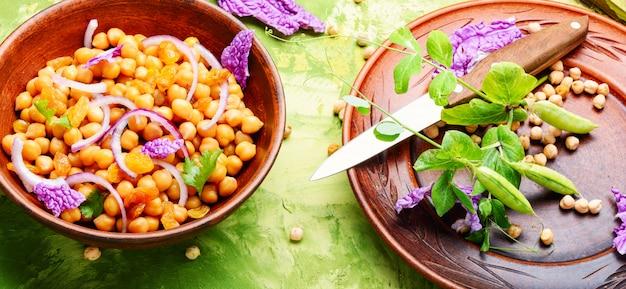Salada com grão de bico