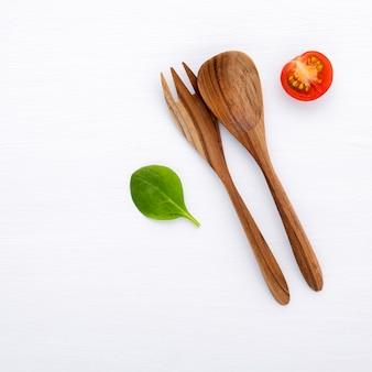 Salada com ingredientes crus apartamento leigos em madeira branca