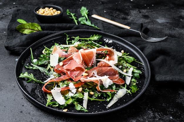 Salada com jamon serrano, presunto, rúcula e queijo parmesão.