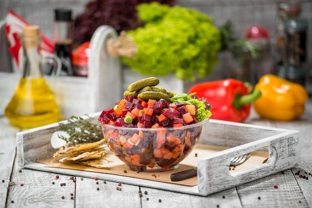 Salada com legumes cozidos. vinagrete.