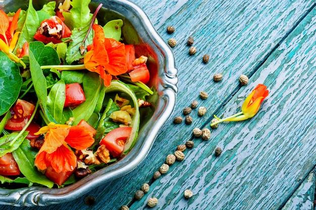 Salada com legumes e chagas