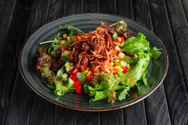 Salada com legumes frescos e carne