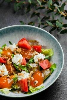 Salada com legumes frescos e closeup de pêssego. salada fresca de verão com pêssegos e queijo buratta.