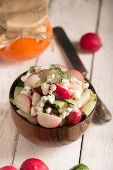 Salada com legumes frescos e queijo cottage. fundo branco
