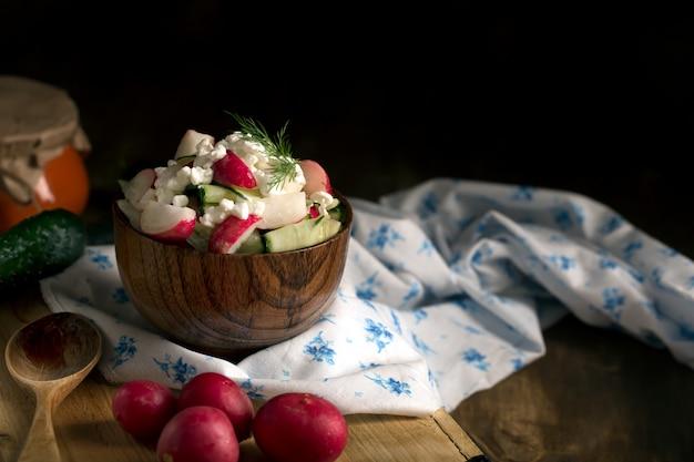 Salada com legumes frescos e queijo cottage. orientação horizontal