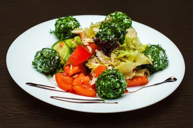 Salada com legumes frescos e queijo feta
