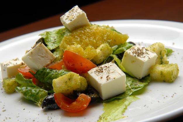 Salada com legumes frescos, toranja e queijo