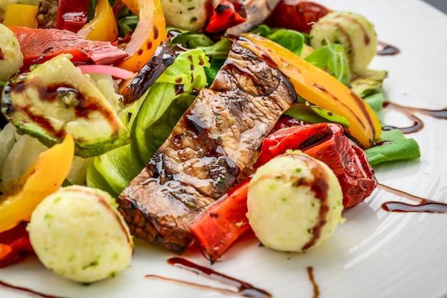 Salada com legumes grelhados e queijo