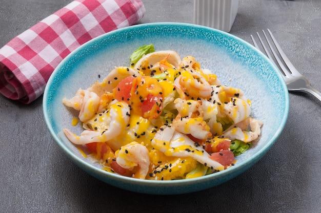 Salada com lula, camarão, laranja e toranja