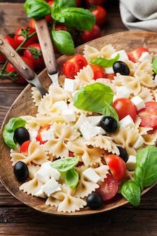 Salada com macarrão frio, manjericão e mussarela