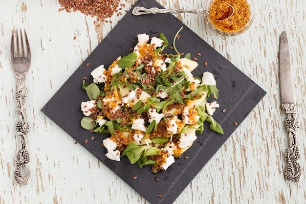 Salada com maçãs, queijo e ervas, temperada com molho de mostarda.