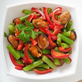 Salada com mexilhões, feijão verde e páprica