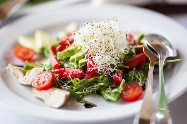 Salada com microgreen na placa.
