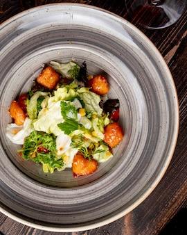 Salada com milho e verduras de frango alface