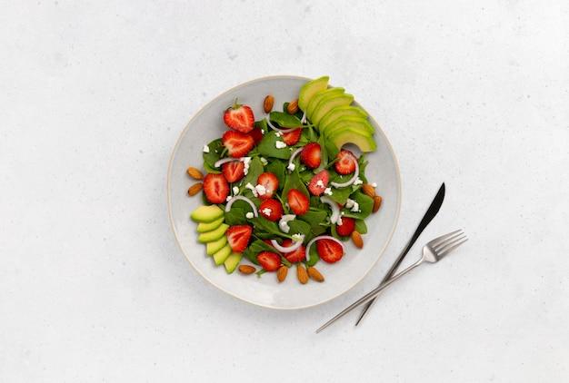 Salada com morango, abacate, cebola, queijo e espinafre