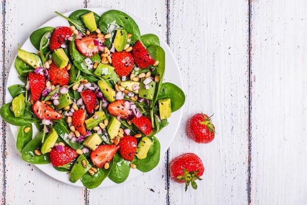 Salada com morangos, abacate, espinafre