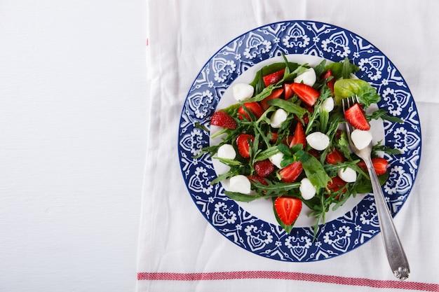Salada com morangos frescos