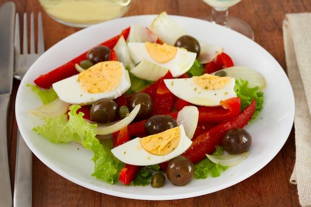 Salada com ovo, cebola e azeitonas