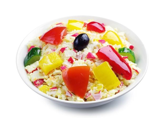Salada com palitos de caranguejo, arroz e vegetais em branco